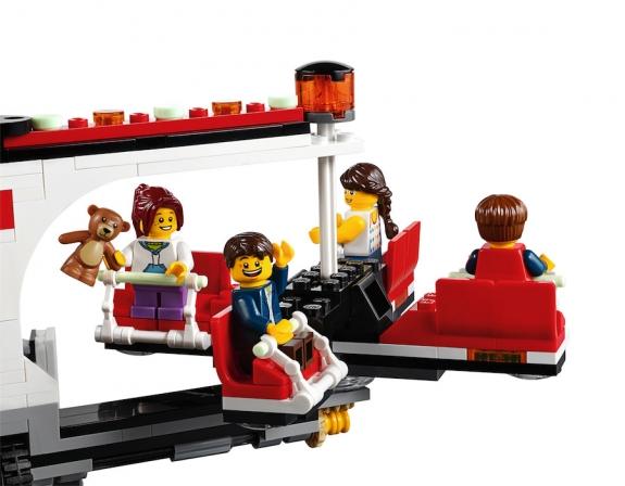 LEGO Fairground Mixer 10244 - Minifigs in Mixer