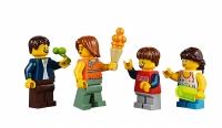 LEGO Fairground Mixer 10244 - Carnival Family minifigs