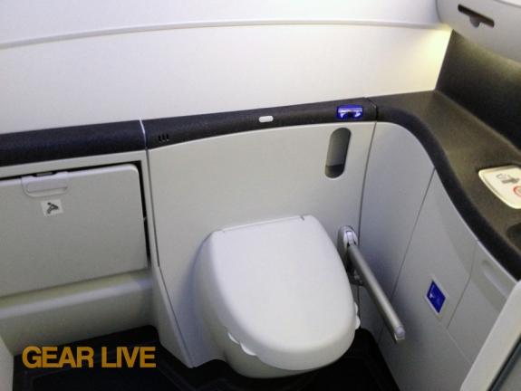 United Boeing 787 Dreamliner Restroom