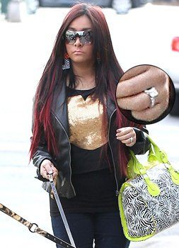 Snooki shows off her engagement ring